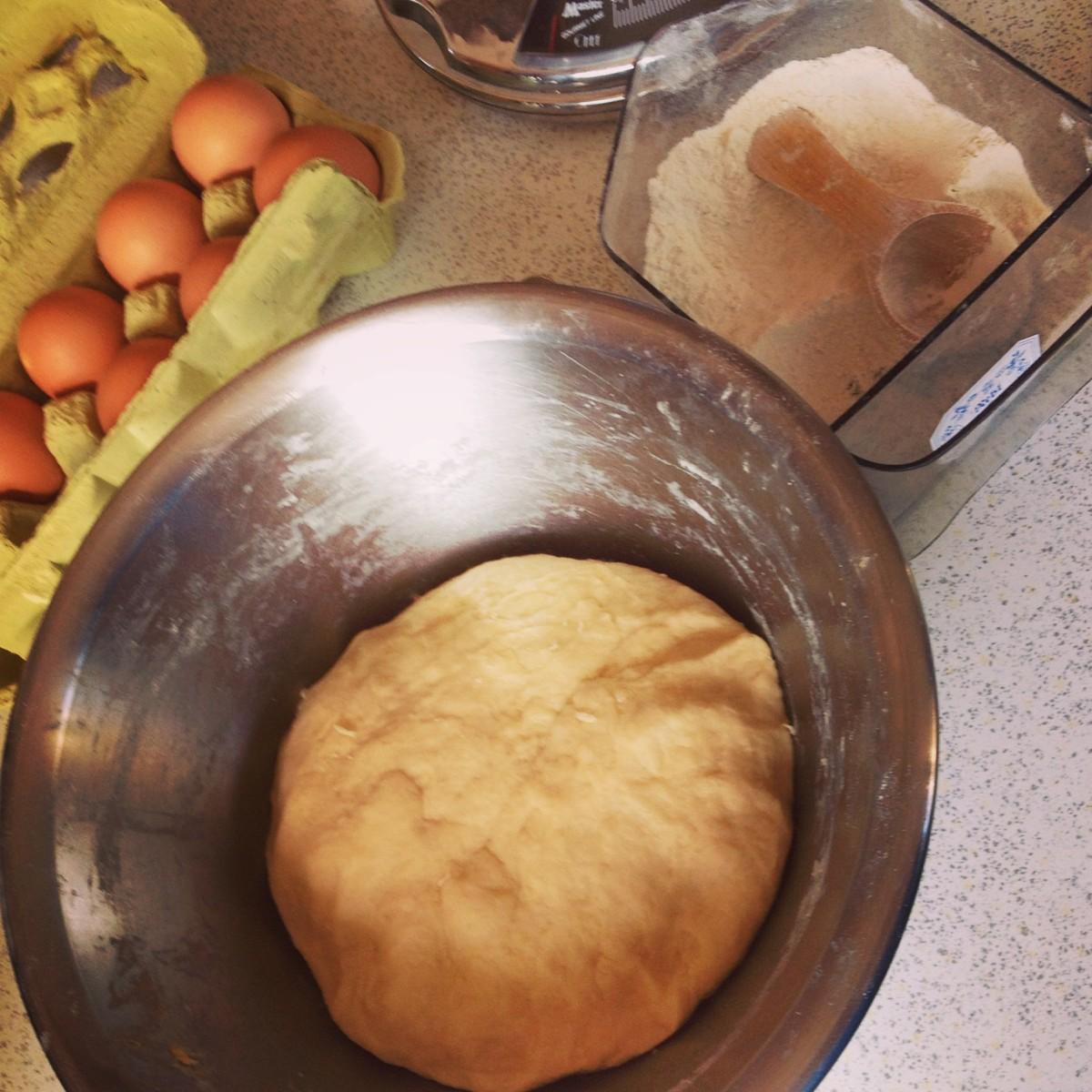 Der Hefeteig für Germknödel mit Vanillesauce, Butter & Mohn