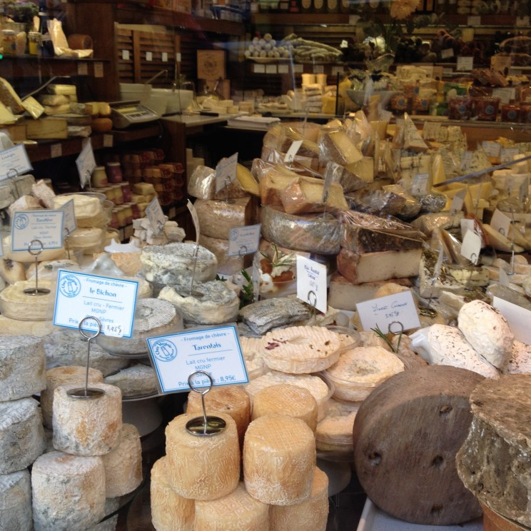 Leckerer Käse im Schaufenster, Paris, Montmarte