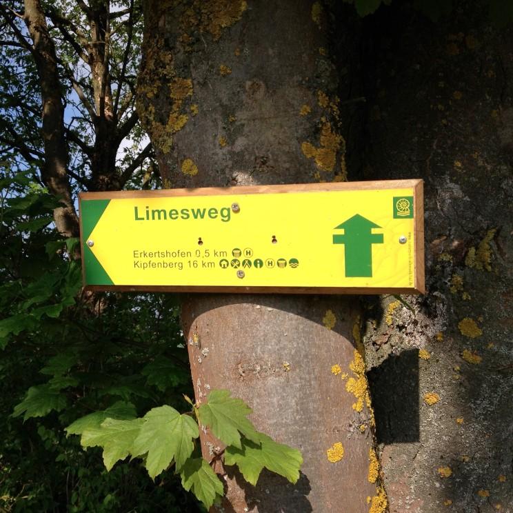 Wegweiser Limes-Wanderweg vor Erkertshofen