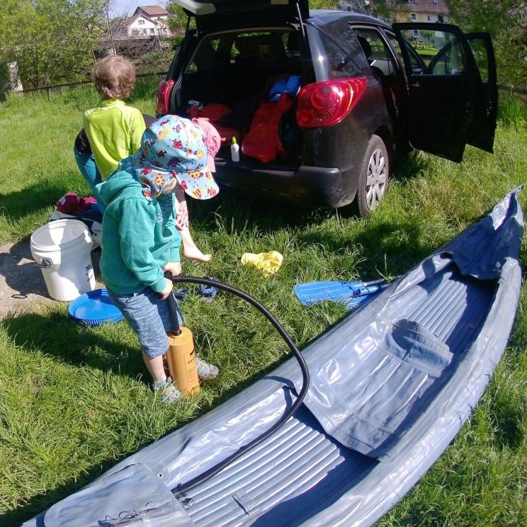 Vor dem Kanu fahren muss erst mal gepumpt werden