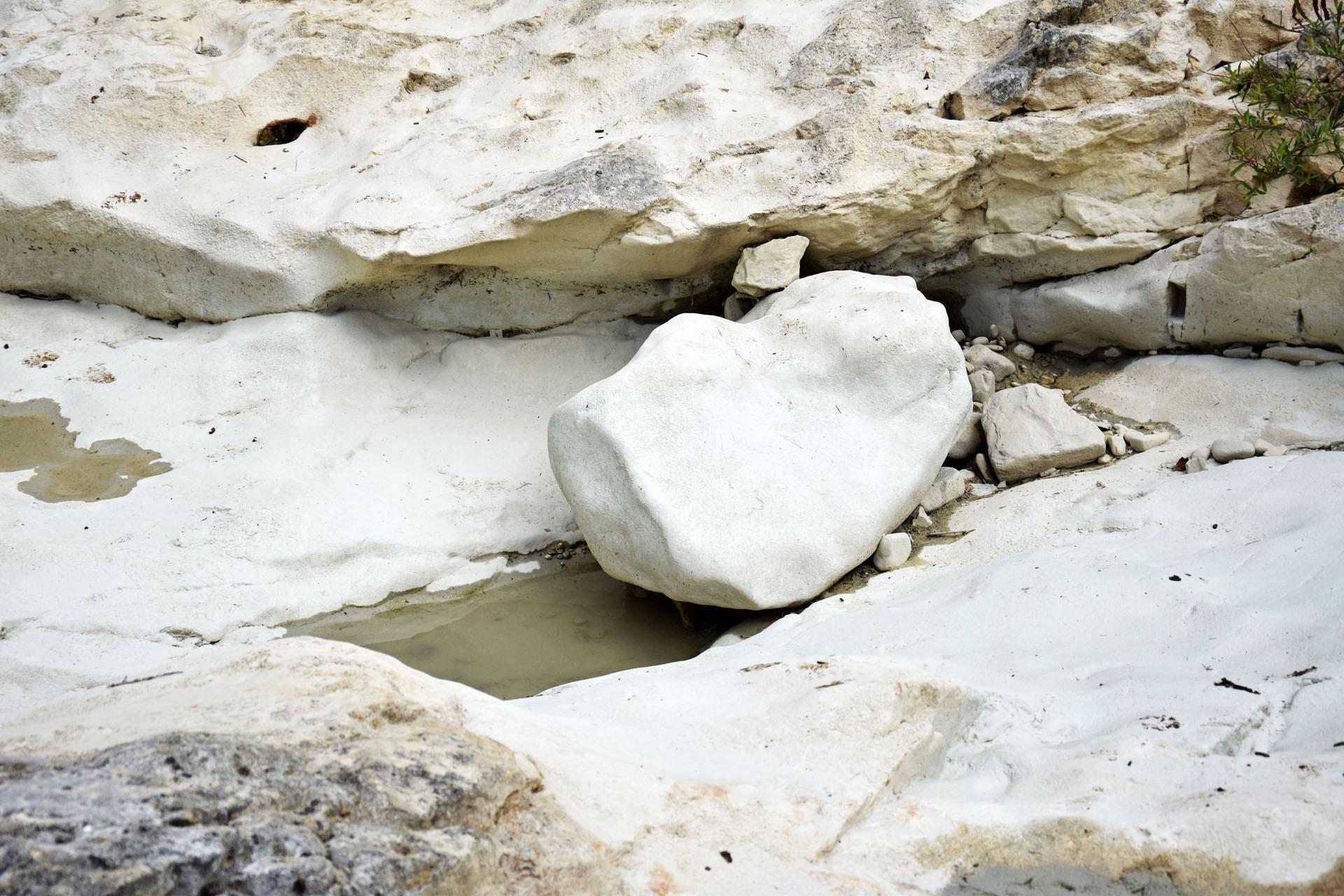 24 Ausgewaschene Steinformationen am Wasserfall