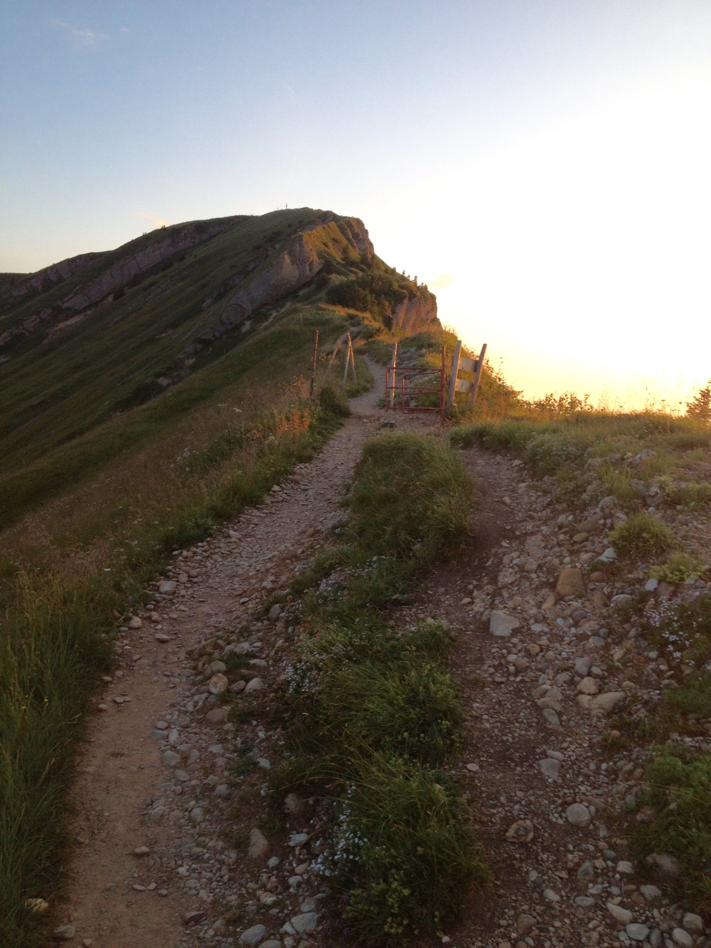 Der Weg folgt dem Grat bis zum Gipfel