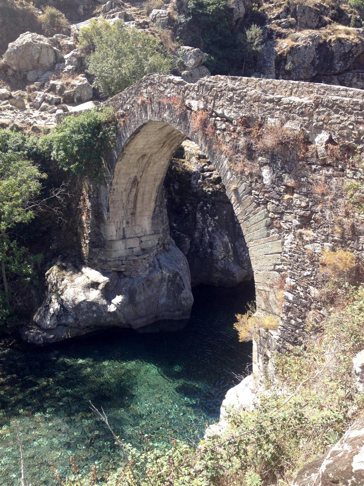Gumpen an der alten Brücke im Asco-Tal