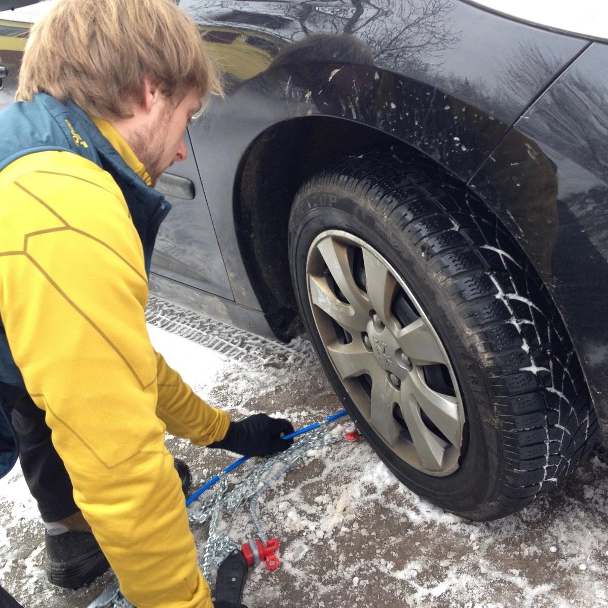 Die Kette hinter dem Reifen durchziehen