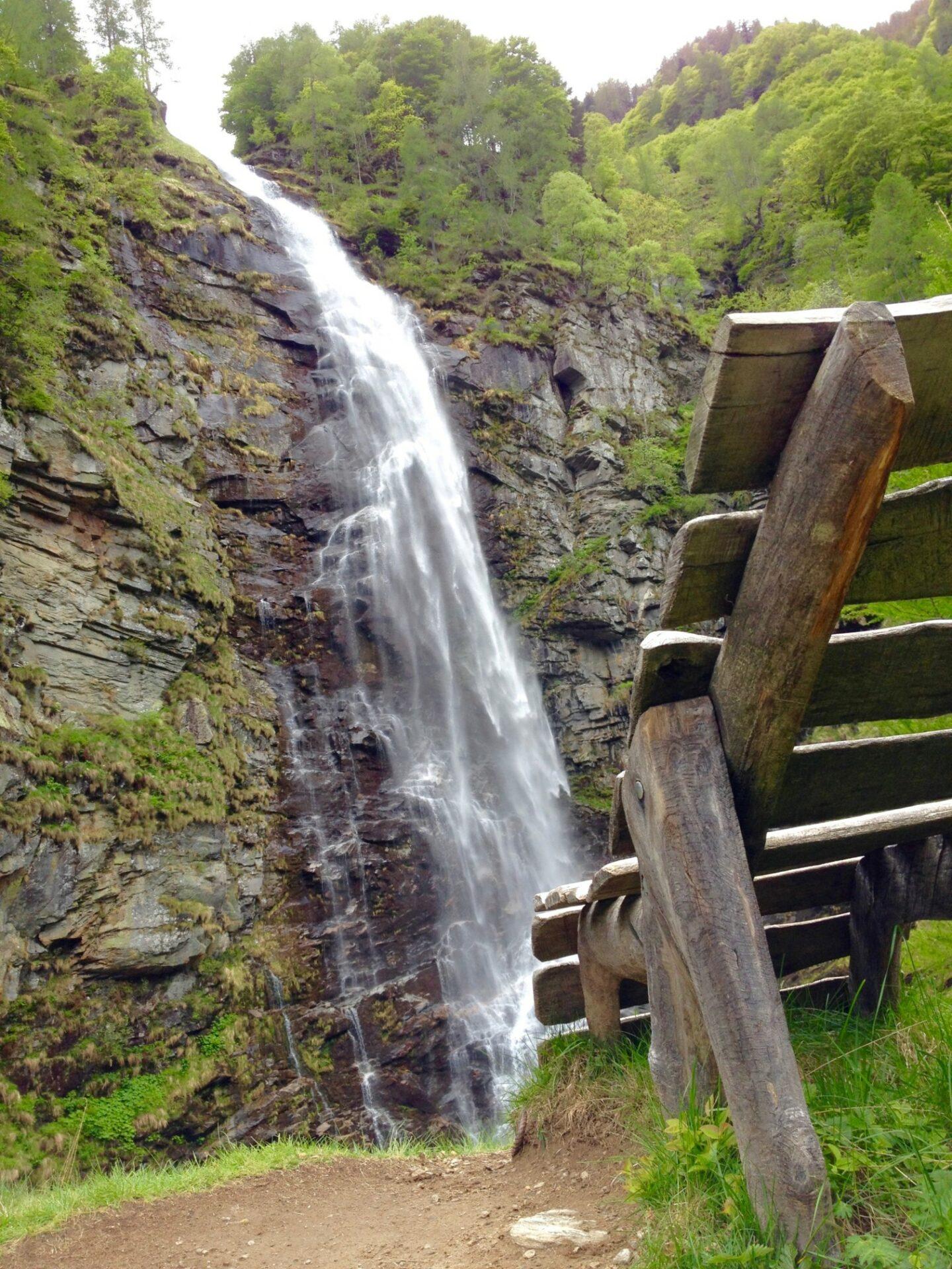 Schweizer Gemütlichkeit am Wasserfall