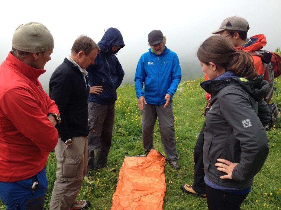 Praktische Rettungsübung: Bau einer Nottrage mit dem Biwaksack