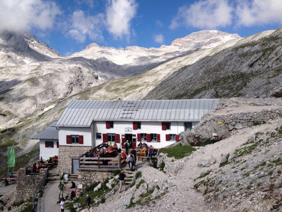 Die Knorrhütte beim Aufstieg zur Zugspitz: Reservierungen am besten im März!