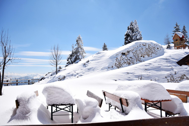 Pendling: verschneite Bänke