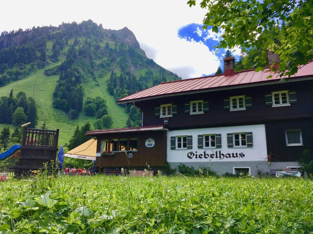 Gemütliche Basis mit imposantem Hausberg: Das Giebelhaus