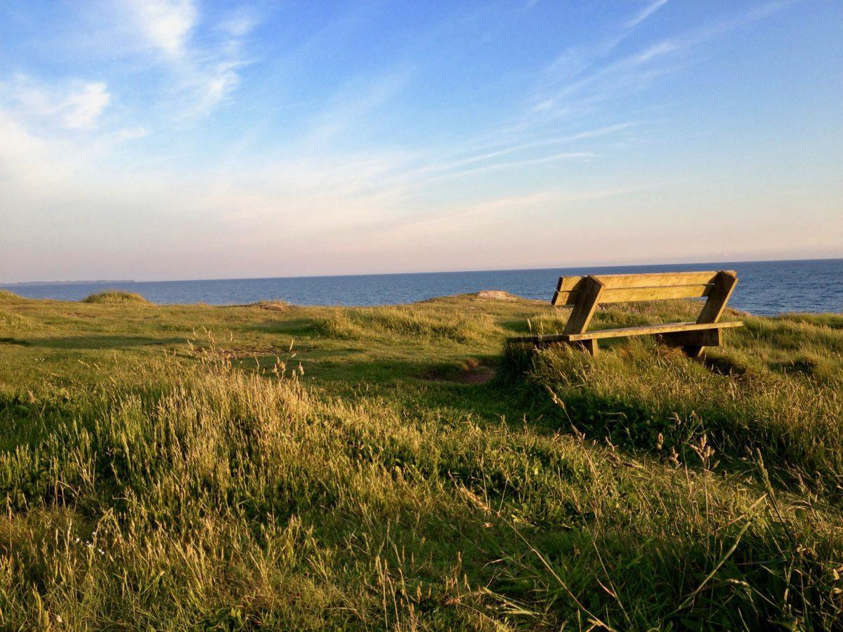 Wandern entlang der Küste in der Bretagne