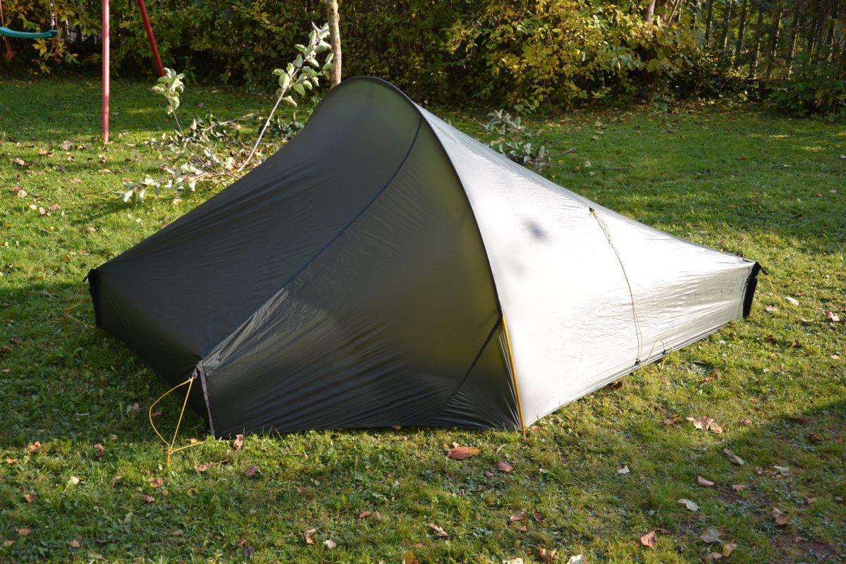 Eine Stange und vier Heringe spannen das ganze Zelt