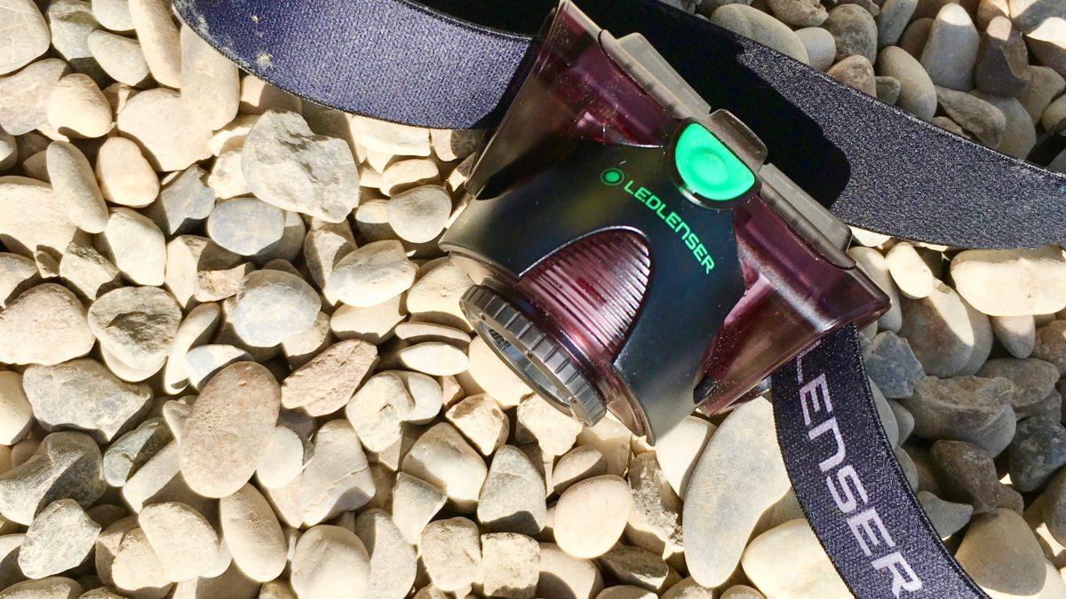 Stirnlampe mit geschlossenem Klappmechanismus, mit dem kleinen Drehrad an der Linse lässt sich die Lampe fokussieren
