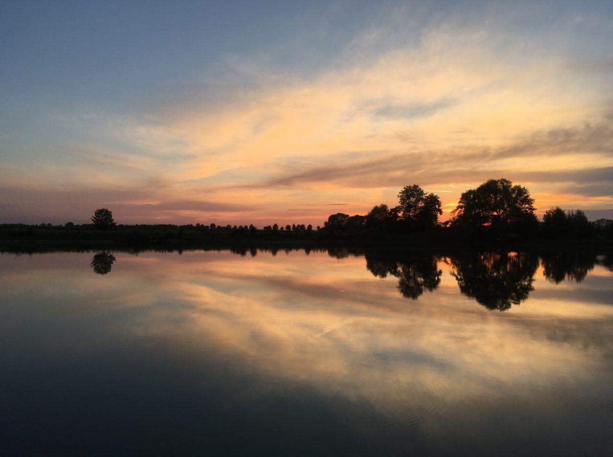 Einmalige Stimmung: Sonnenuntergang am See