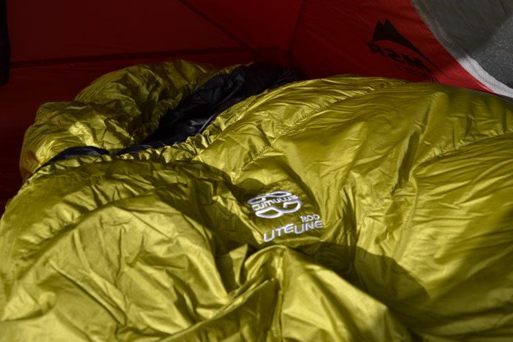 Bis auf das gestickte Logo ein schörkelloser Schlafsack