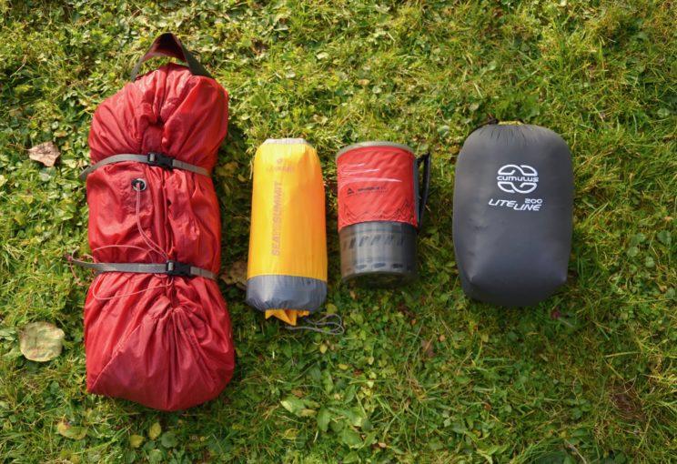 Größenvergleich (von links nach rechts): MSR Freelit II Zelt, SeaToSummit Ultralight Isomatte, MSR Gaskocher, Cumulus LiteLine 200 Daunenschlafsack