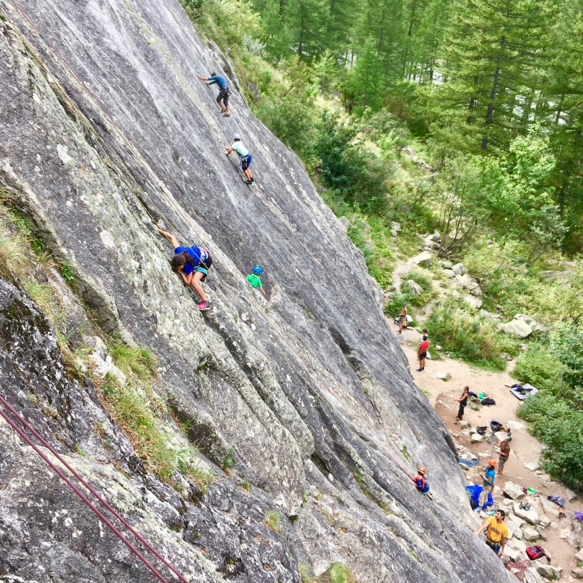 Familienfreundliche Kletterwand direkt neben dem Campingplatz