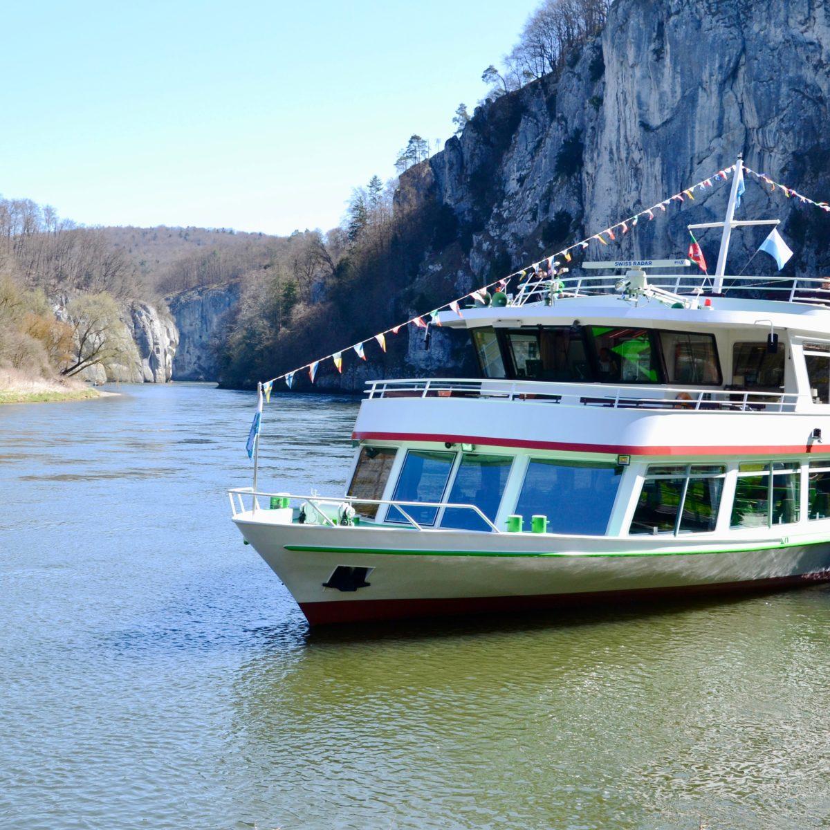 Die Passagier-Fähre - im Hintergrund der Donaudurchbruch