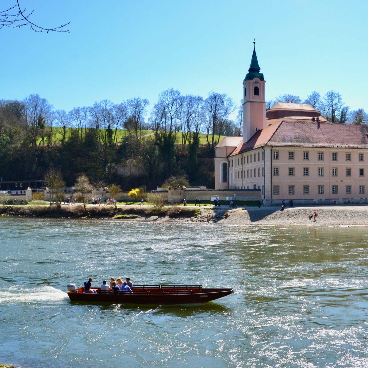 Kloster Weltenburg - im Vordergrund die kleine Personenfähre