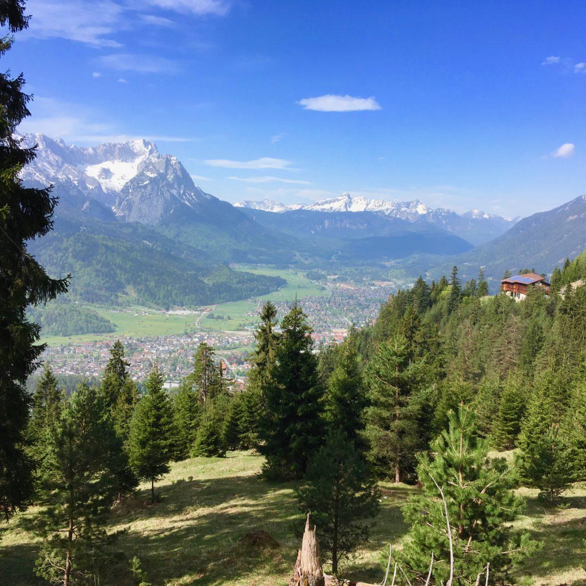 Zugspitze im Blick - Im Hintergrund der Daniel