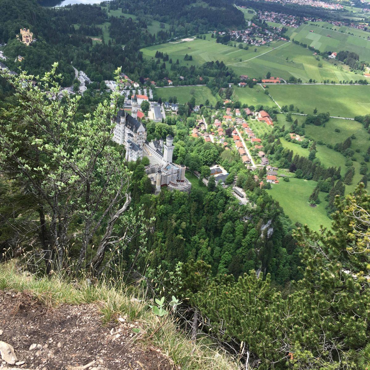 Blick vom Wanderweg auf das Schloss unterhalb