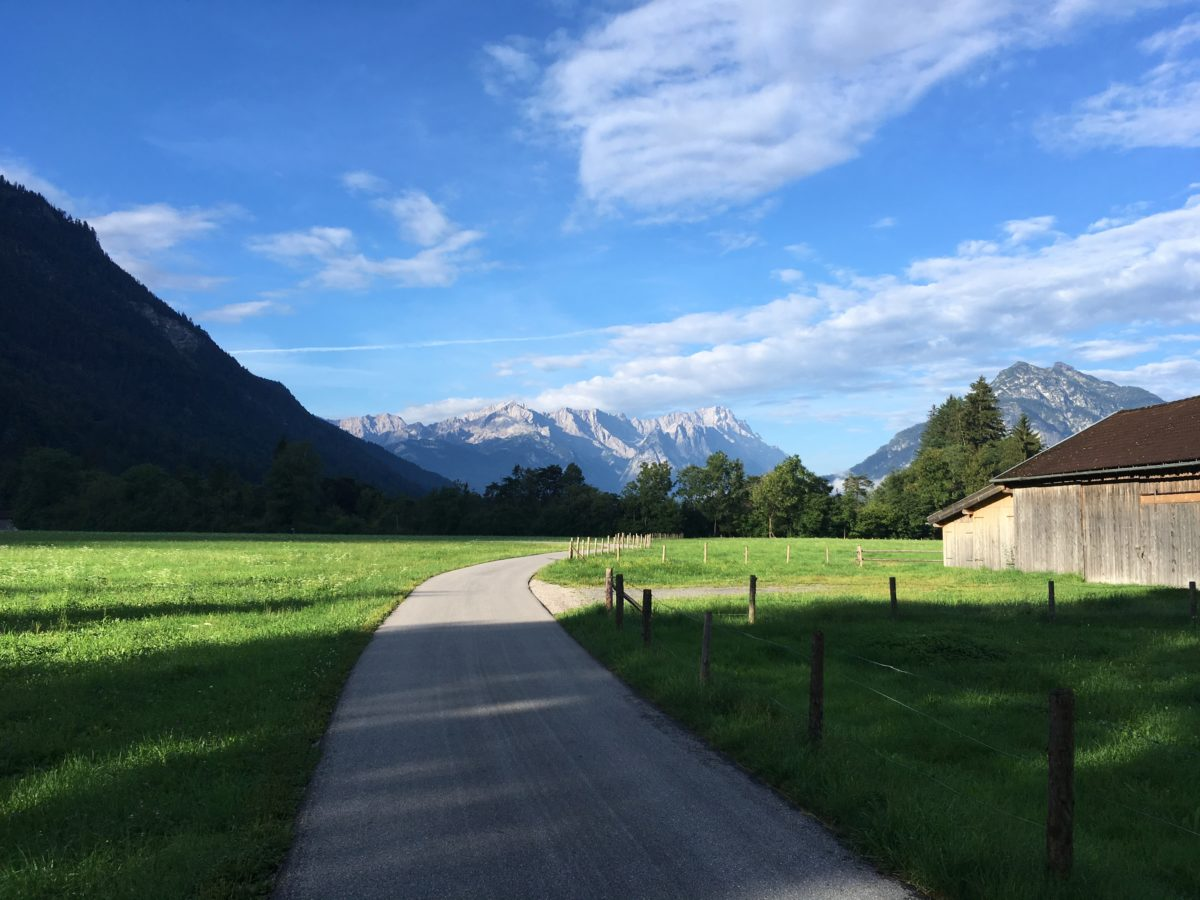 Ausblick auf Zugspitze und Wetterstein zu Beginn der Tour