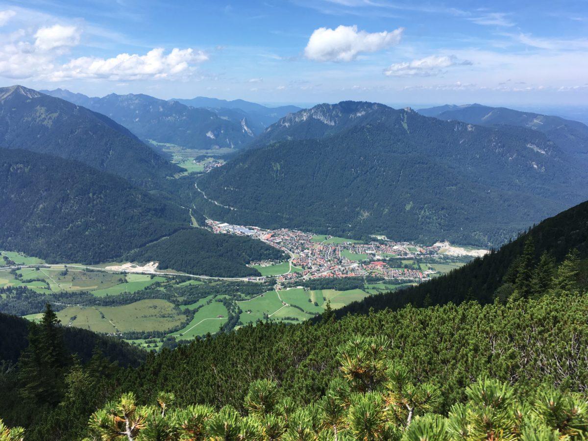 Blick hinab nach Oberau, im Hintergrund das Kloster Etat und die Ammergauer Alpen