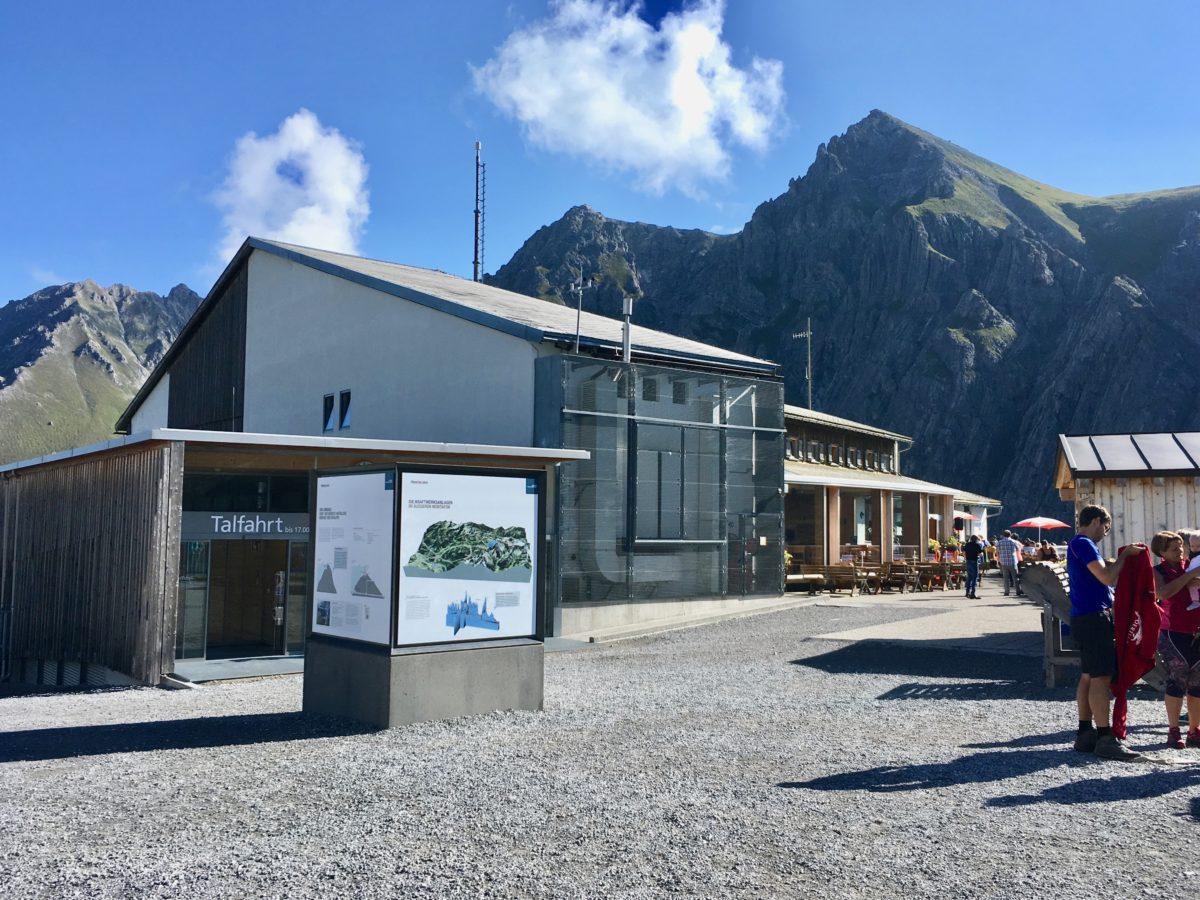 Die Bergstation der Lünerseebahn mit der angebauten Douglashütte