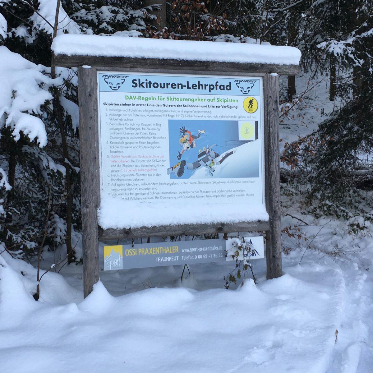 Auf zehn Tafeln wird der Skitouren-Einsteiger an die relevanten Themen wie Gehtechnik, Lawinen, Wetter, etc. herangeführt.