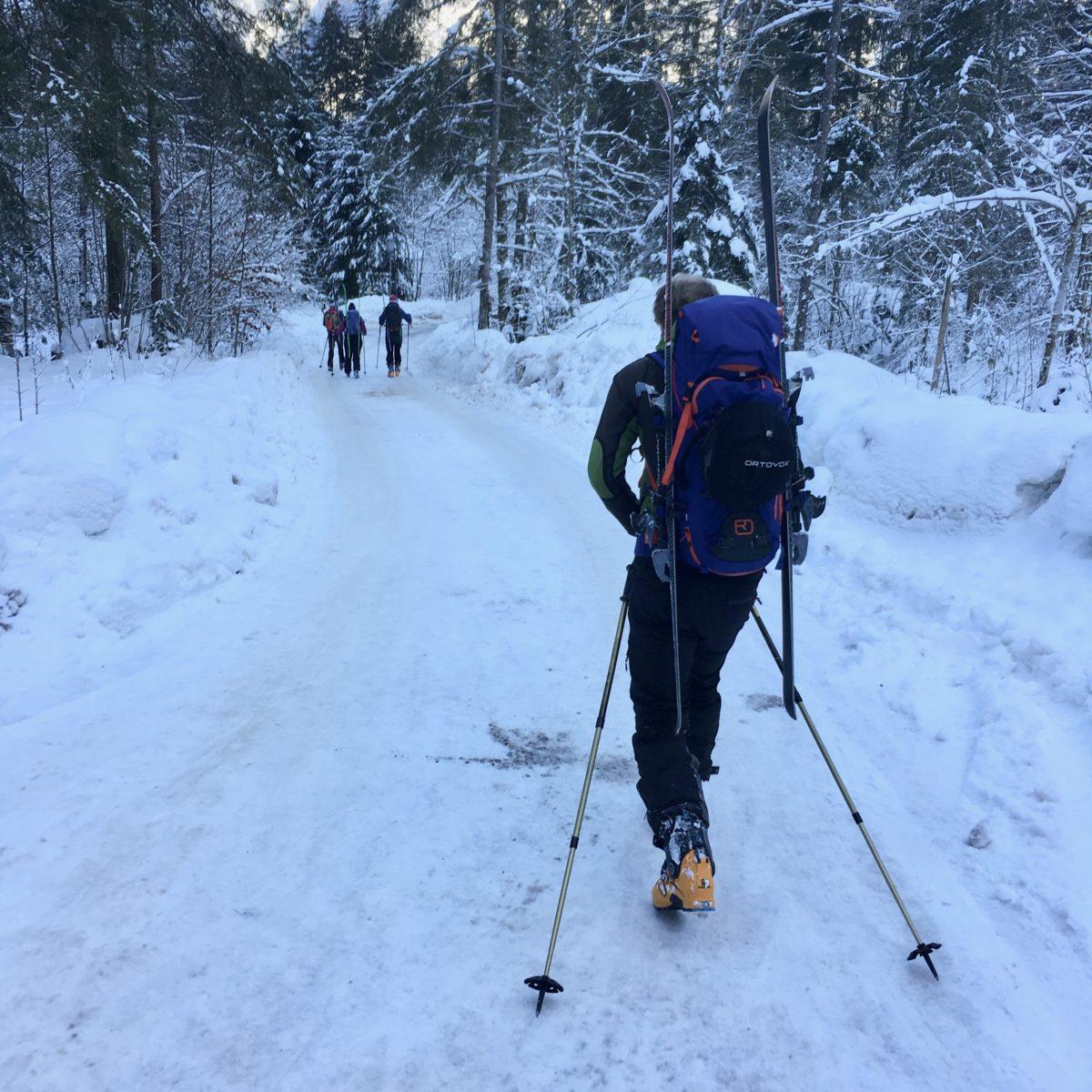 Die letzten Meter hinab nach Hallstatt schultern wir die Ski