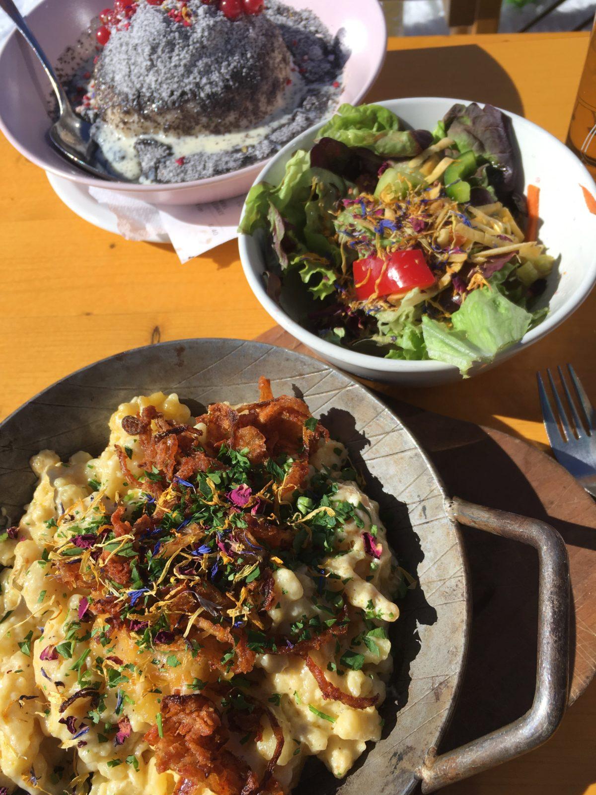 Leckeres auf der Gjaidalm: Kässpätzle, Salat und Germknödel