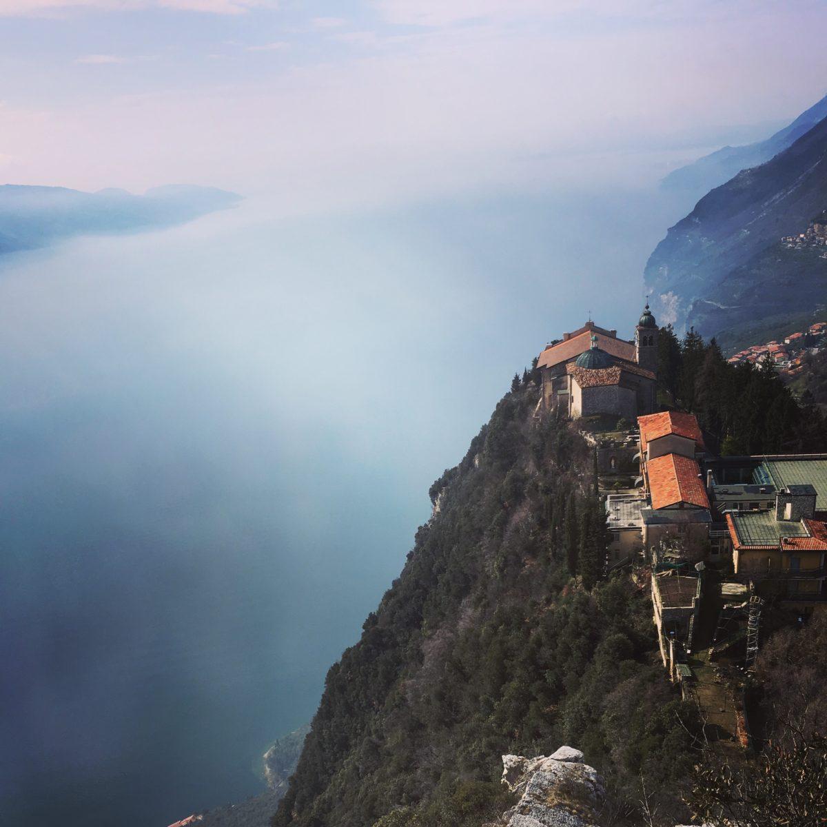 Das Kloster Montecastello mit seinen steilen Felsabbrüchen in Richtung Gardassee