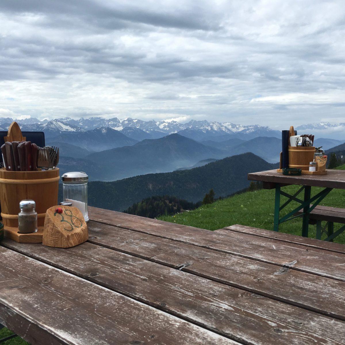 Blick vom Brauneck Gipfelhaus ins Karwendel