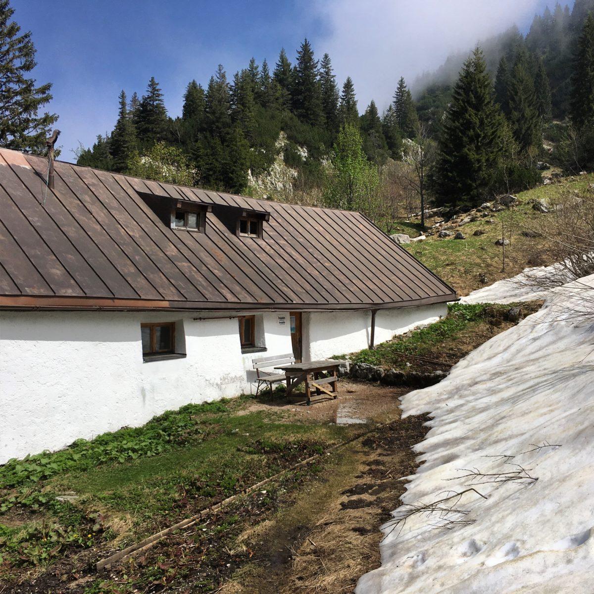 Die Probst-Alm unterhalb der Benediktenwand