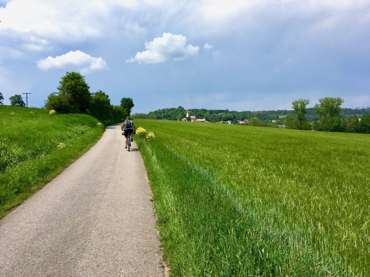 Auf dem Schwarzachtel-Radweg kurz vor Greding