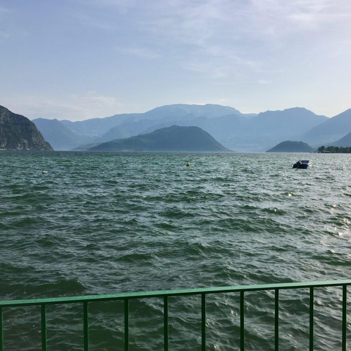 Blick auf den See und die Monte Isola, im Hintergrund der Monte Guglielmo o Golem