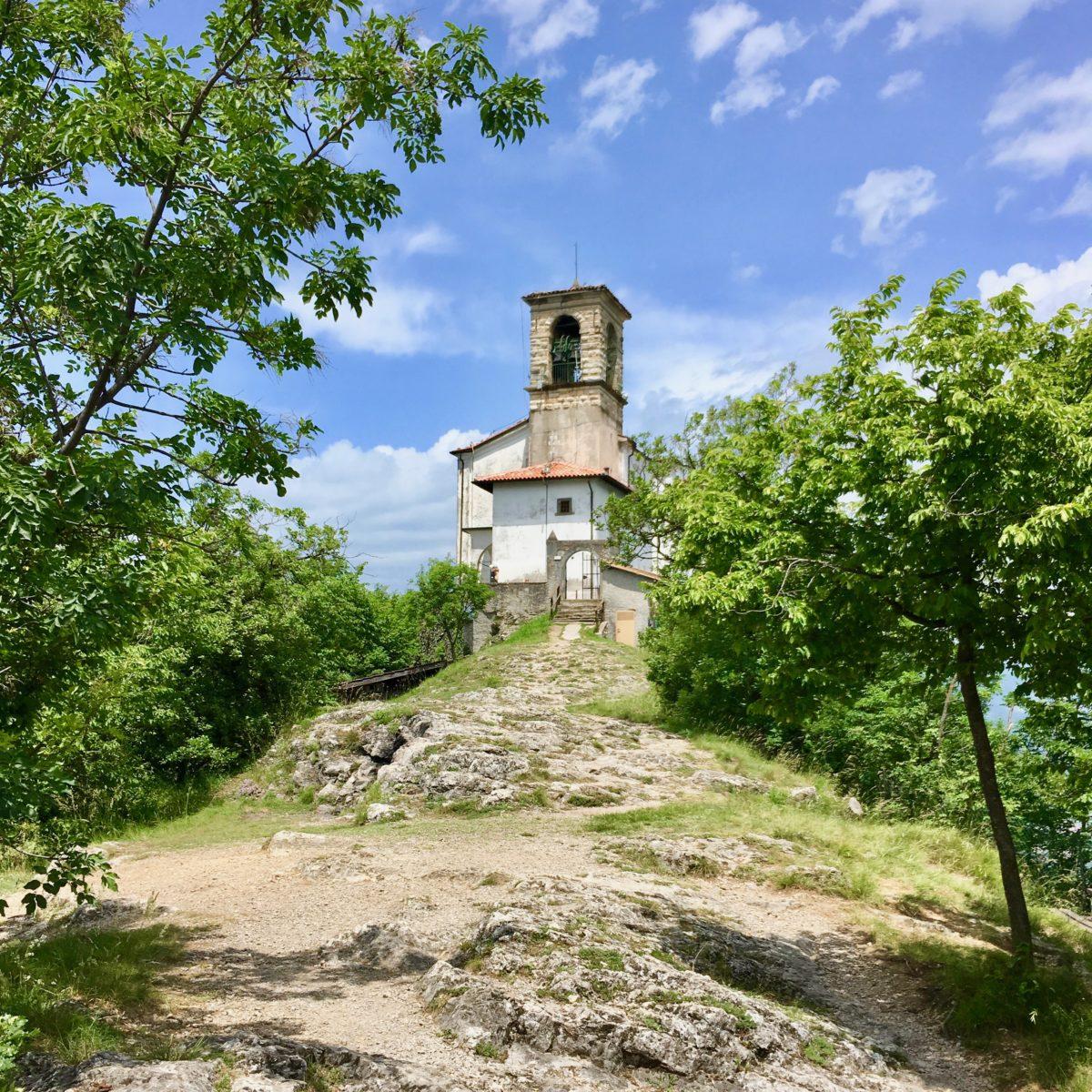 Die Wallfahrtskirche Santuario della Madonna della Ceriola am höchsten Punkt der Monte Isola.
