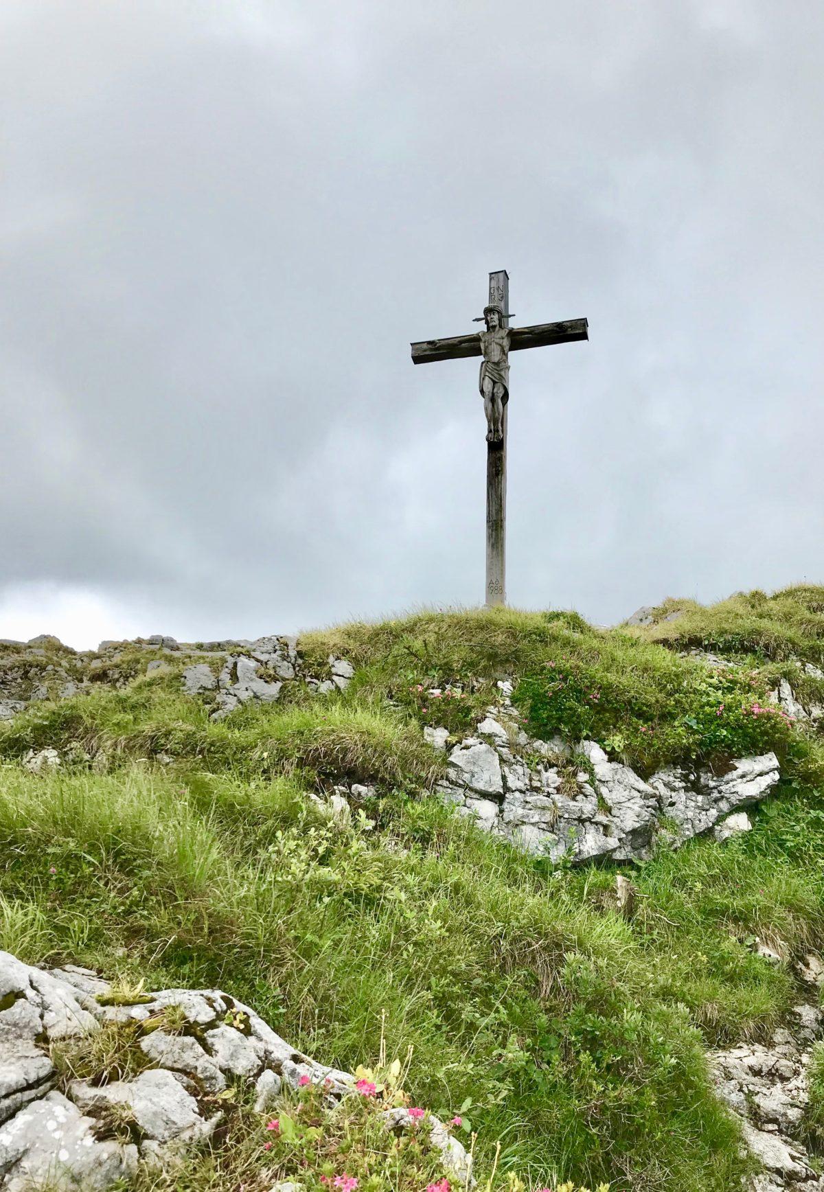 Das Gipfelkreuz am Kofel oberhalb von Oberammergau