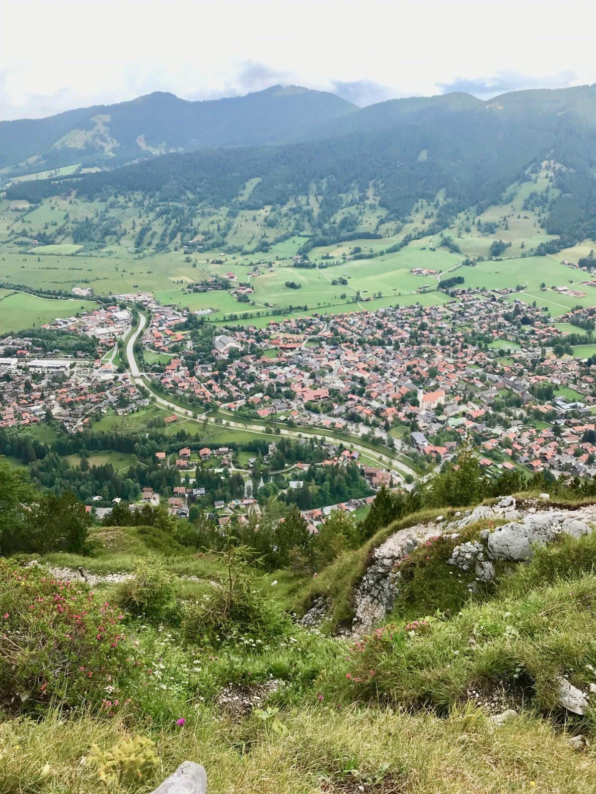 Ziel in Sicht: Oberammergau vom Gipfel des Kofel
