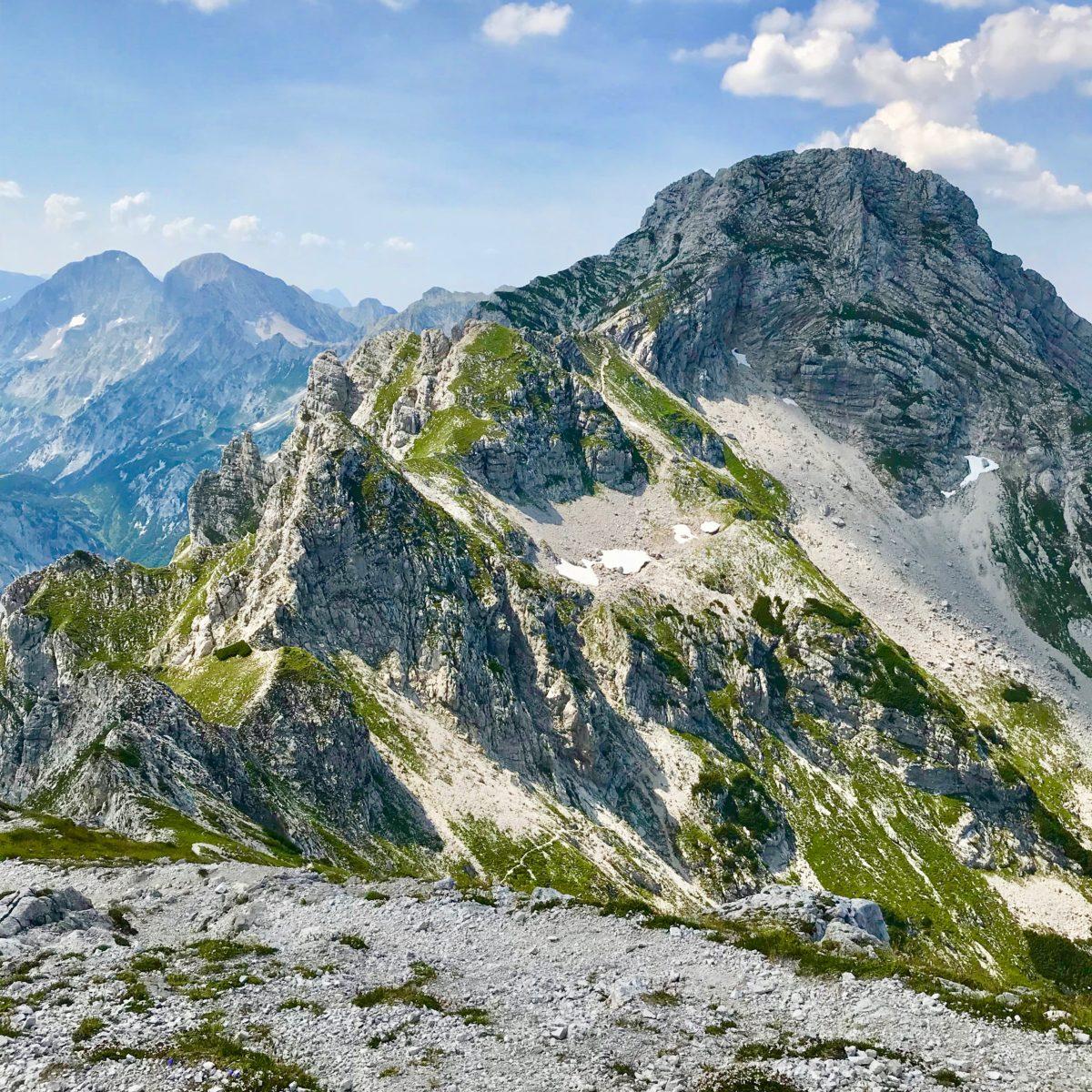 Der Hexenturm: Der Klettersteig geht links, der Normalweg rechts des ersten Felsens