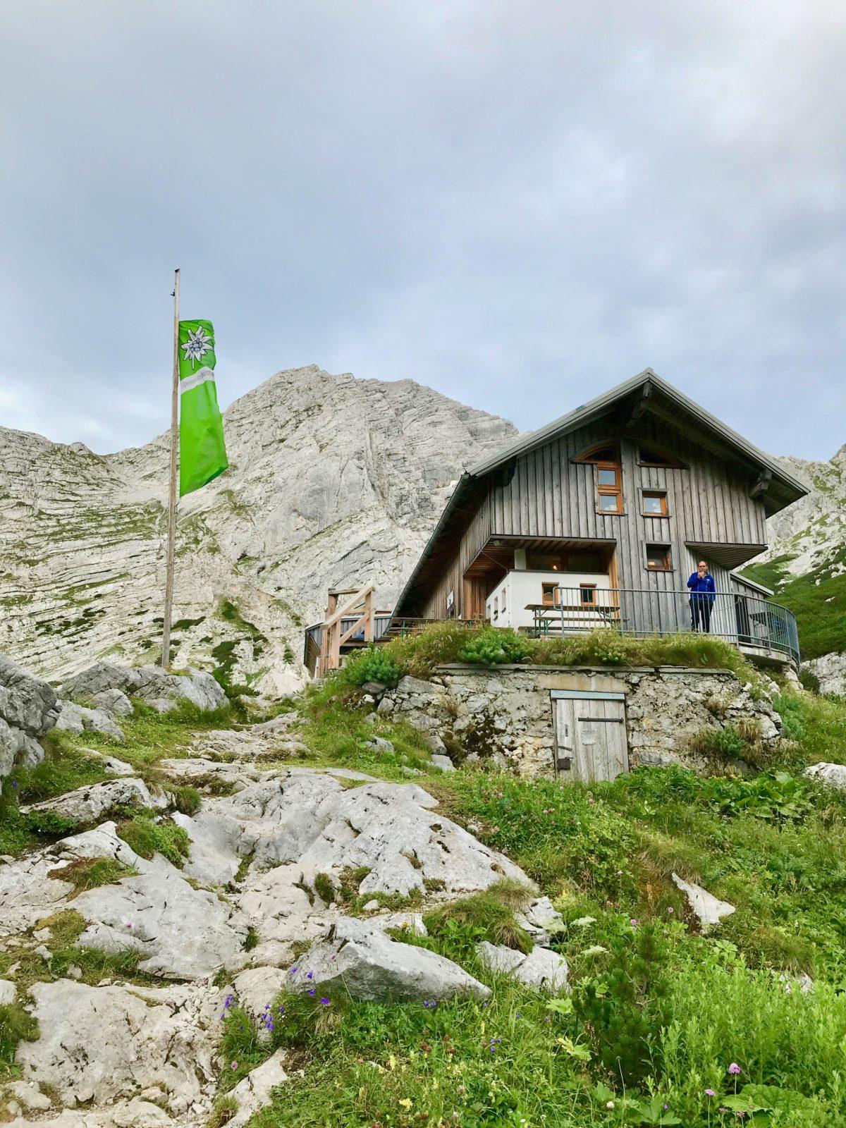 Die Hesshütte im Gesäuse, im Hintergrund das Hochtor