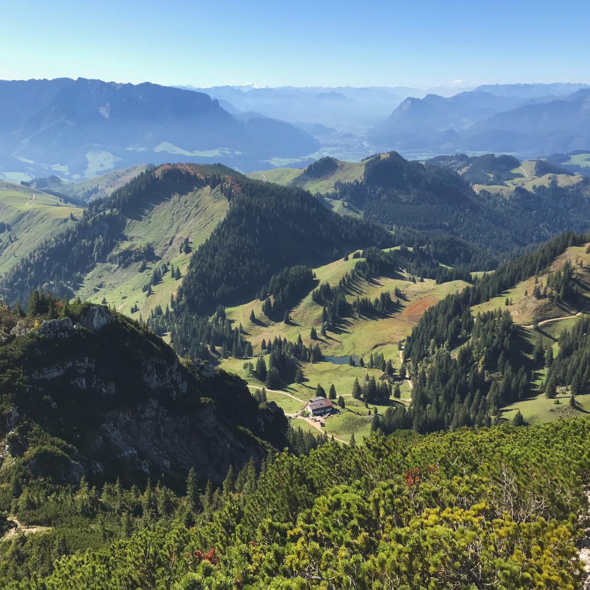 Ausblick auf die Priener Hütte, den Zahmen und Wilden Kaiser, Kufstein und das Inntal