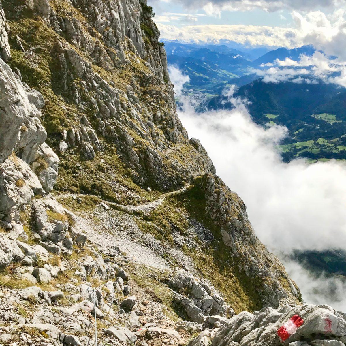 Beim Aufstieg auf dem Hochkogelsteig: Ausblick ins Salzburger Land