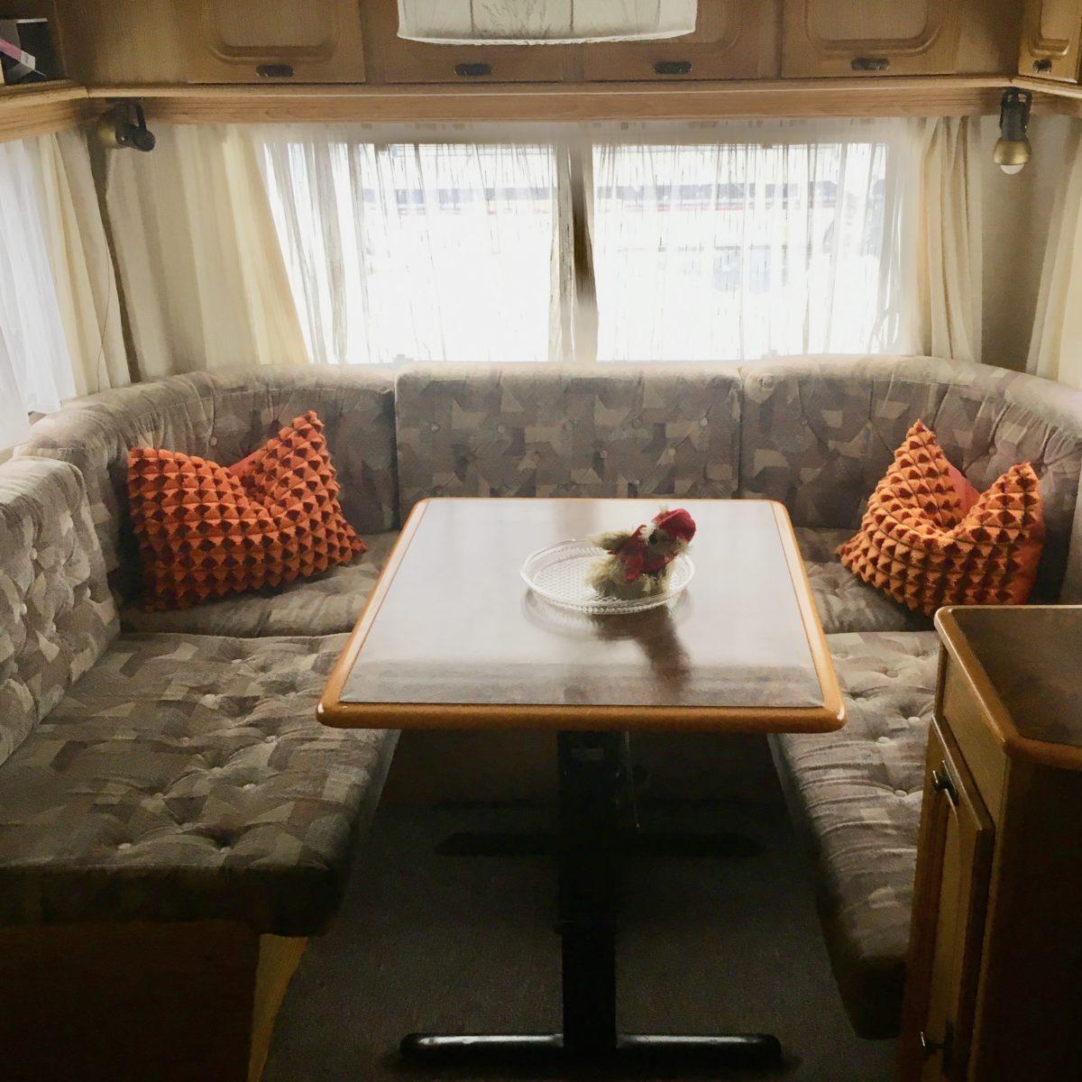 Gemütliche Sitzecke bei Tag, Schlafplat für zwei bei Nacht.